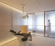 Ash wood, glass and brass feature inside Valencia's Swiss Concept clinic, which Francesc Rifé Studio has designed in reference to Eastern meditation rooms. Interior Minimalista, Green Painted Walls, White Walls, Dental Office Design, Office Interior Design, Medical Design, Healthcare Design, Minimalist Interior, Minimalist Design