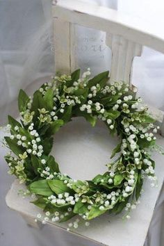 Wreaths lily of the valley // couronne de muguet Arte Floral, Deco Floral, Wreaths And Garlands, Door Wreaths, White Flowers, Beautiful Flowers, Simply Beautiful, Arreglos Ikebana, Corona Floral