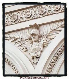 Moldura en escayola del busto de la diosa Palas Atenea con la égida en el Ministerio de Agricultura. Molded in plaster of the bust of the goddess Palas Athena with the aegis in the Ministry of Agriculture