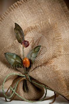 Μπομπονιέρα γάμου μαντήλι λινάτσας με κλαδί ελιάς