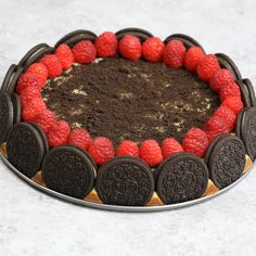 Raspberry Oreo Cheesecake is out of this world delicious, and it looks absolutely gorgeous too! I love Oreos cheesecake, and this time I add raspberries. It totally melt-in-your-mouth and highly addictive! No Bake Desserts, Easy Desserts, Delicious Desserts, Dessert Recipes, Yummy Food, Tasty, Oreo Cheesecake, Cheesecake Recipes, Tarta Queso Oreo