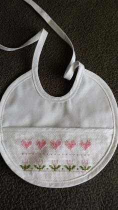 Cross Stitch Baby, Cross Stitch Embroidery, Hand Embroidery, Cross Stitch Patterns, Baby Staff, Baby Bibs, New Baby Products, Sewing, Crochet