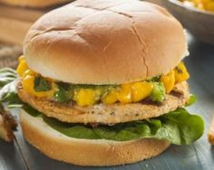 Burger de canard au chutney de mangue allégé, épinard et parmesan : http://www.fourchette-et-bikini.fr/recettes/recettes-minceur/burger-de-canard-au-chutney-de-mangue-allege-epinard-et-parmesan.html