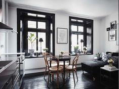 Keltainen talo rannalla: Mustaa, valkoista ja rustiikkia Black Wooden Floor, Black Floor, Black Window Trims, Black Windows, Small Apartments, Small Spaces, Interior Door, Interior Design, Turbulence Deco