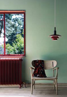 CH22 armchair by Hans J. Wegner from Carl Hansen & Søn and PH 3 1/2 - 2 1/2 pendant by Poul Henningsen from Louis Poulsen | Gæsteværelse med grønne vægge