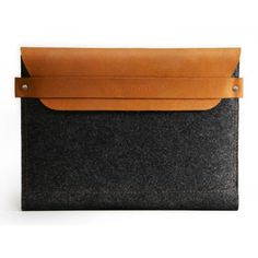 This Mujjo iPad sleeve combines minimalism with long lasting elegant accents. A unique combination of wool felt and high quality leather. Wool felt is a sustainable and renewable material. Perfectly fits the new iPad Air! Pochette Mac, Holiday Gifts For Men, Xmas Gifts, Leather Bag, Brown Leather, Ipad Sleeve, Your Boyfriend, Ipad Mini, Tech Accessories