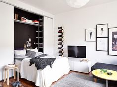 A 25 square meter studio with a very organized and chic interior The shelving above and next to the bed is genius. Tiny Apartments, Tiny Spaces, Studio Apartment Decorating, Apartment Interior, Bed In Closet, My Ideal Home, Guest Room Office, Small Space Living, Contemporary Bedroom