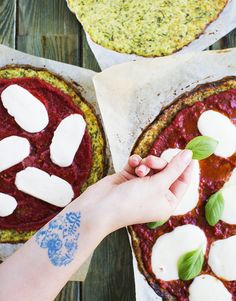 Upečené korpusy obložte rajčatovou omáčkou a plátky mozzarelly, dejte krátce…