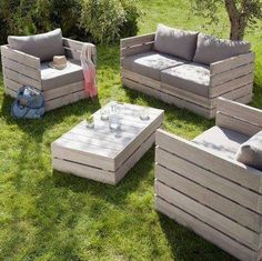 Cant wait to try this...and other pallet creations!! I love it what a cheap way to create furniture and so much more... Outdoor Furniture Plans, Diy Pallet Furniture, Diy Garden Furniture, Pallet Couch, Pallet Bar, Furniture Ideas, Pergula Patio, Pergola, Gazebo