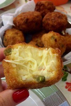 Bolinho de arroz recheado de queijo: