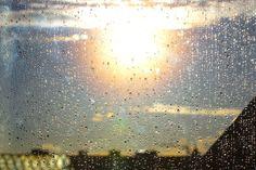 Fotografie von Regentropfen und der Sonne als Idee für die Suche nach Xovilichtern. http://www.slms.de/xovilichter/