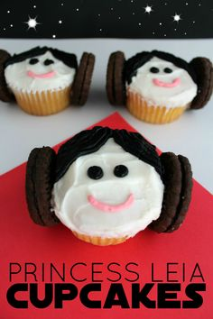 Star Wars Party Discover Super Easy Princess Leia Cupcakes - Paintbrushes & Popsicles These Star Wars Princess Leia Cupcakes are super cute to make and tons of fun to eat! A fun way to celebrate the new movie Star Wars The Force Awakens! Star Wars Party Food, Star Wars Food, Theme Star Wars, Star Wars Cupcakes, Cupcake Wars, Themed Cupcakes, Ladybug Cupcakes, Kitty Cupcakes, Snowman Cupcakes