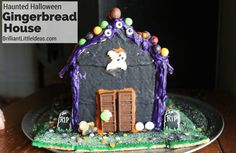 This is the cutest Haunted Halloween Gingerbread House ever. Such a fun halloween tradition and a great edible halloween craft to do with my kids! Gingerbread House Frosting, Halloween Gingerbread House, Haunted Halloween, Gingerbread Houses, Christmas Treats, Christmas Recipes, Kids Christmas, Halloween Traditions, Cookie Icing