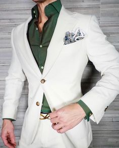 How to wear: white suit, dark green dress shirt, blue paisley pocket square Blazer Outfits Men, Mens Fashion Blazer, Suit Fashion, Fashion Pants, Groom Fashion, Best Wedding Suits For Men, Wedding Dress Men, Green Shirt Dress, Dress Shirt