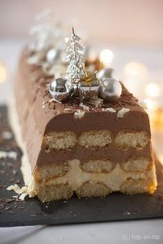 Christmas stump with 3 types of chocolate - recepten - Gesundes Essen Christmas Desserts, Christmas Treats, Christmas Baking, No Cook Desserts, Dessert Recipes, Chocolate Sweets, Pie Cake, Happy Foods, Love Food