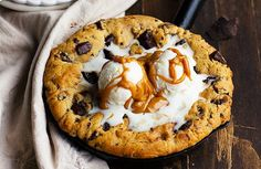 This Peanut Butter Chocolate Chip Skillet Cookie from Bakerita is a peanut butter lover's dream! The peanut butter cookie stays soft in the center while the edges get crispy, and. Skillet Chocolate Chip Cookie, Skillet Cookie, Chocolate Peanut Butter, Chocolate Chip Cookies, Delicious Chocolate, Delicious Desserts, National Chocolate Chip Day, Pasta Cake, Cookie Recipes