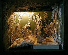 様々な装丁や意匠を凝らした本はそれ自体がひとつのアートとも言えますが、本を素材にしてさらなるアート作品を作っている人が多くいます。そうした印象的なアートをいくつか集めてみました。デザインの勉強にい