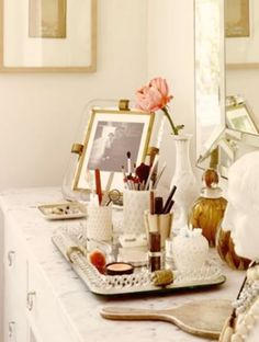 I need to organize my make up and take it all out my bathroom (they say it's not good to keep it there). I'd love to have it beautifully organized in a vintage way, like the one in the photo.