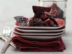 Einfache, aber köstliche Komponente fürs kalte Büfett: Eingelegte Rote Bete - smarter - mit Zwiebeln, Knoblauch und Kümmel - smarter - Kalorien: 58 Kcal - Zeit: 45 Min. | eatsmarter.de