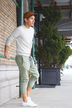 Jogger are in trend right, they are comfy and best for a casual day. Here is all you need to know about joggers and 3 cool looks to reinvent casual! Mint Pants Outfit, Jogger Pants Outfit, Casual Wear, Men Casual, Mens Fashion Blog, Men's Fashion, Herren Outfit, Outfit Trends, Mens Joggers