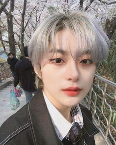 La imagen puede contener: 1 persona, selfie, primer plano y exterior Cute Japanese Boys, Cute Korean Boys, Asian Boys, Cute Boys, Asian Girl, Couple Ulzzang, Korean Boys Ulzzang, Ulzzang Boy, Ulzzang Style