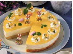 Die Zitronen-Käsesahne-Torte leuchtet im satten gelb auf der Ostertafel