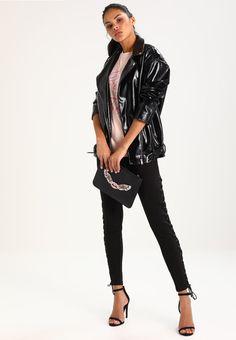¡Consigue este tipo de chaqueta de cuero de Missguided ahora! Haz clic para ver los detalles. Envíos gratis a toda España. Missguided B&&B VINYL OVERSIZE BIKER  Chaqueta fina black: Missguided B&&B VINYL OVERSIZE BIKER  Chaqueta fina black Ropa     Material exterior: 100% poliéster   Ropa ¡Haz tu pedido   y disfruta de gastos de enví-o gratuitos! (chaqueta de cuero, polipiel, biker, ante, antelina, chupa, de cuero, leather, suede, suedette, faux leather, chaqueta de cuero, lederjacke, c...