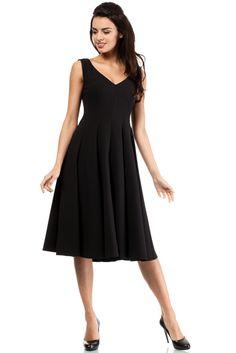 Koktajlowa sukienka z klinów. Góra dopasowana, bez rękawów , z głębokim dekoltem w kształcie litery V z przodu i okrągłym dekoltem z tyłu. Spódnica rozkloszowana. Z tyłu kryty zamek. #modadamska #moda #sukienkikoktajlowe #sukienkiletnie #sukienka #suknia #sukienkiwieczorowe #sukienkinawesele #allettante.pl