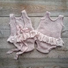 """""""Oh, what kind of girl clothes I have here !-""""Oh, was für Mädchen Kleider ich hier habe ! Sam … – Baby Kleidung """"Oh, what kind of girl clothes I have here ! Knitting For Kids, Baby Knitting Patterns, Baby Patterns, Trendy Baby Girl Clothes, Knitted Baby Clothes, Diy Clothes, Baby Girl Romper, Baby Dress, Baby Girl Fashion"""