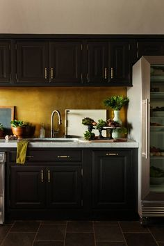 Black and gold home decor accessories make a stylish statement on all points. Black and gold home decor accents and accessories are always stylishly in season. Gold Home Decor, Easy Home Decor, Home Decor Kitchen, Kitchen Design, Kitchen Ideas, Kitchen Hacks, Kitchen Post, Brass Kitchen, Kitchen Modern