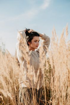 Creative Portrait Photography, Photography Poses Women, Girl Photography Poses, Creative Portraits, Best Photo Poses, Foto Casual, Instagram Pose, Insta Photo Ideas, Photoshoot Inspiration