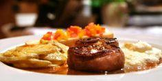Hjortefilet med hvitløksgratinerte poteter og Madeirasaus - Hjortefileten serveres med poteter som er gratinert med hvitløk, fløte og ost. Madeirasausen er smaksatt med rognebærgelé og hjortekjøttet har fått følge av bacon. Denne oppskriften er luksus på tallerken.