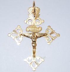 Croix Dauphinoise  en or 18 carats. La croix dauphinoise est une croix grille qui ressemble beaucoup à celle de Chambery: mais elle est plus ajouréé, ce qui donne plus d'élégance. Au revers, il n'y a pas la figurine de la Vierge. On la rencontre dans la région de Montméllian, des Marches, de Chapareillan et sur les confins du Dauphiné.
