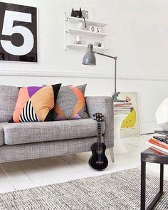 5 cosas que adoro de este espacio: 1) los toques de color que aportan los cojines. 2) la textura que otorga la alfombra. 3) la ubicación del cuadro en el piso. 4) darle altura a la lampara con revistas. 5) el #5 en la pared! Feliz semana!! #decor #decoracao #decoration #grey #blackandwhite #cool #diy #trend #style #fun #love #like