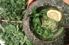 Květuščina zahrádka: Mandlové pesto na tři způsoby: koncentrovaná bylinková rozkoš.