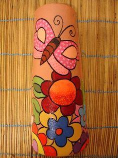 A ARTE DA CARIOCA: ARTE NA TELHA Diy And Crafts, Crafts For Kids, Arts And Crafts, Bottle Art, Bottle Crafts, Native American Pottery, Country Paintings, Decorative Tile, Clay Pots
