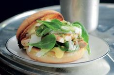 Burger s grilovaným kuřetem a mozzarellou Thing 1, Salmon Burgers, Mozzarella, Pesto, Barbecue, Hamburger, Ethnic Recipes, Food, Bbq