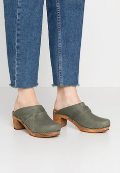 Sanita CHRISSY OPEN - Clogs - antique brown for Free delivery for orders over Latest Shoes, Leather Mules, Latest Fashion Clothes, Urban, Heeled Clogs, Heels, Dark Brown, Shopping, Antique