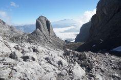 Steil, rutschig und gefährlich - den Abstieg vom Hochkönig über den Birgkar Steig sollte man aufgrund des häufigen Steinschlags und Altschnee auf keinen Fall unterschätzen. Eine gute, wenn auch längere Alternative ist auf dem Normalweg zur Mitterfeldalm abzusteigen und von dort zum Arthurhaus. #Klettersteig #Hochkönig #Alpen #Bergsteigen