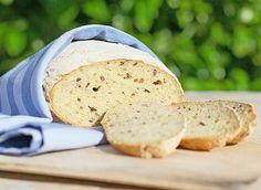 Find en skøn og let opskrift på et glutenfrit brød, der i konsistens og smag minder rigtig meget om bedstemors hjemmebagte franskbrød.