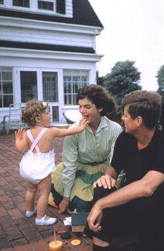 Caroline, Jackie and John Kennedy John Kennedy, Jacqueline Kennedy Onassis, Jfk And Jackie Kennedy, Jaqueline Kennedy, Les Kennedy, Familia Kennedy, Charles Perrault, Jfk Jr, John Fitzgerald