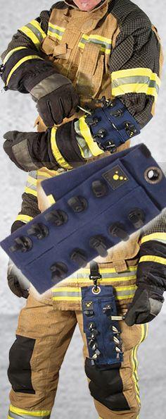 CHECKER POUCH - Türkennzeichnung leicht gemacht! Die CHECKER POUCH Manschette ist das ideale Hilfsmittel für die Türkennzeichnung dank dem die Entnahme der Kennzeichnungsbänder auch mit Schutzhandschuhen problemlos möglich ist! Mit jedem Griff ein Türkennzeichnungsband zur Hand, intuitiv und zuverlässig – das ist es was die CHECKER POUCH Manschette ausmacht. Jedes Band lässt sich einfach, einzeln durch Ziehen am Kordel-Stopper entnehmen, egal welche Reihenfolge, egal in welche Zugrichtung. Pouch, Helfer, Band, Tees, Protective Gloves, Emergency Medical Services, Fire Department, Sash, T Shirts