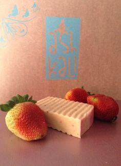 Jabón artesanal de fresa  El ácido salicílico de las fresas removerá las células muertas de tu piel, La fresa es humectante y dejan nuestra piel suave. Esto hace que nos veamos más jóvenes, también tonifican y nos dejan libres de arrugas
