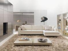 tapis à poil long beige, table ultra basse et canapé d'angle blanc