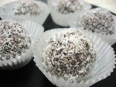 raw vegan truffles Veggie Food, Vegetarian Food, Healthy Food, Yummy Food, Vegan Truffles, Coconut Truffles, Raw Vegan Recipes, Raw Food Recipes, Raw Balls