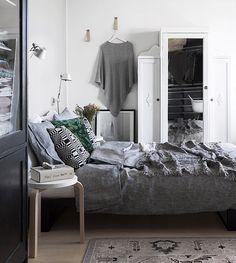 Rauhallinen tunnelma, mutta mielenkiintoa tuovia yksityiskohtia.  Makuuhuone / Bedroom, Scandinavian interior