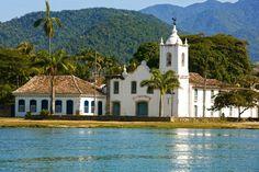 Paraty encanta por sua arquitetura clássica, casinhas e ruas de pedra irregular.