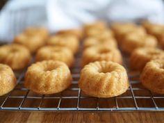 Minikokoiset Vaniljakuivakakut Baking Tips, Baking Recipes, Cake Recipes, Cake Mold, Doughnut, Muffin, Cupcakes, Sweets, Breakfast