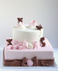 Suloiset suklaanruskeat nallet koristelevat Lillin ristiäiskakkua. Täytteenä tummassa kakkupohjassa vadelma- ja tummasuklaamousse. Kaku...
