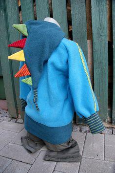 Ein Yorik-Pullover in Größe 98/104, die Kapuze habe ich gedoppelt und die Äußere etwas abgewandelt. Weil Fragen zum Schnitt für die Kapuze k...